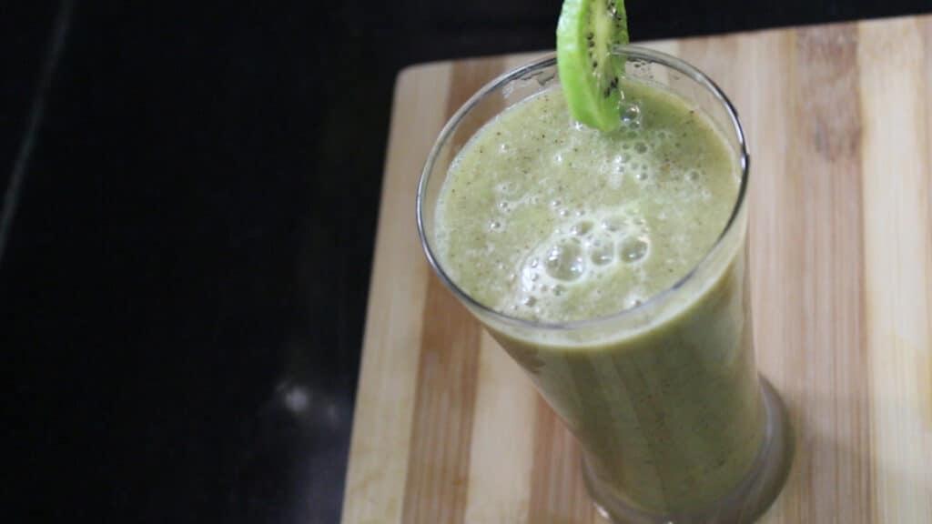 Garnishing the kiwi juice
