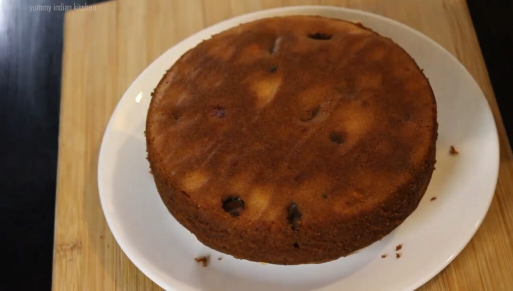 Demoulding the plum cake by inverting